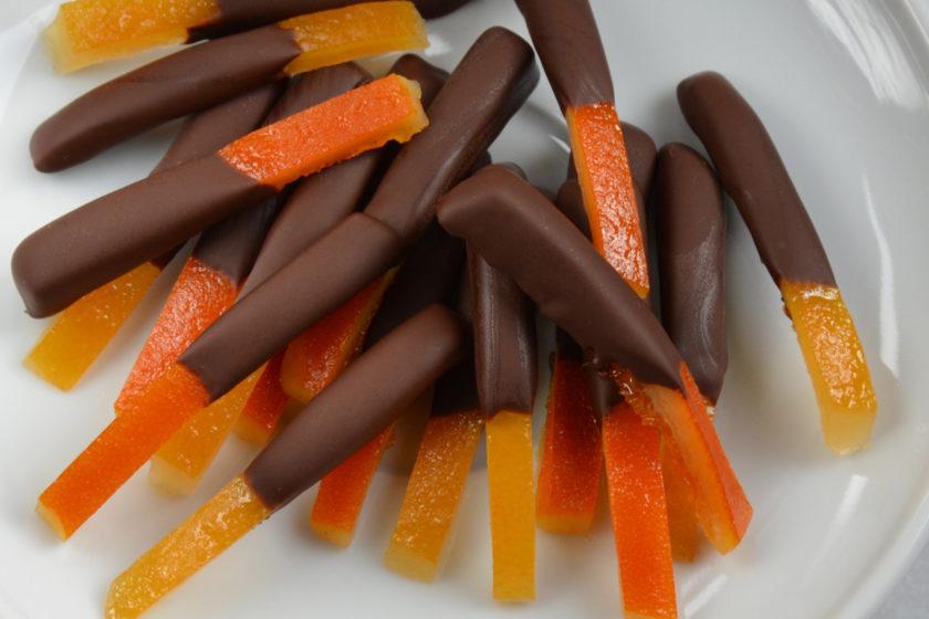 Kandierte Orangen und Zitronen mit Schokolade überzogen.