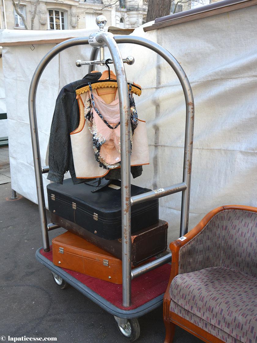 Paris Flohmarkt Hotel Kofferwagen
