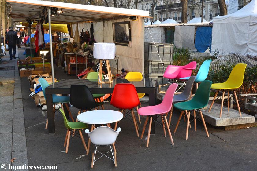 Paris Flohmarkt Eams Stühle bunt