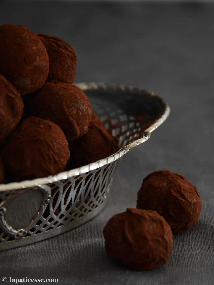 truffes-au-chocolat-a-lorange-et-baies-de-cannelier-schokoladentrueffel-orange-zimtblueten-mood