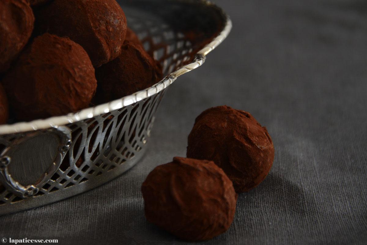 truffes-au-chocolat-a-lorange-et-baies-de-cannelier-schokoladentrueffel-orange-zimtblueten-titel