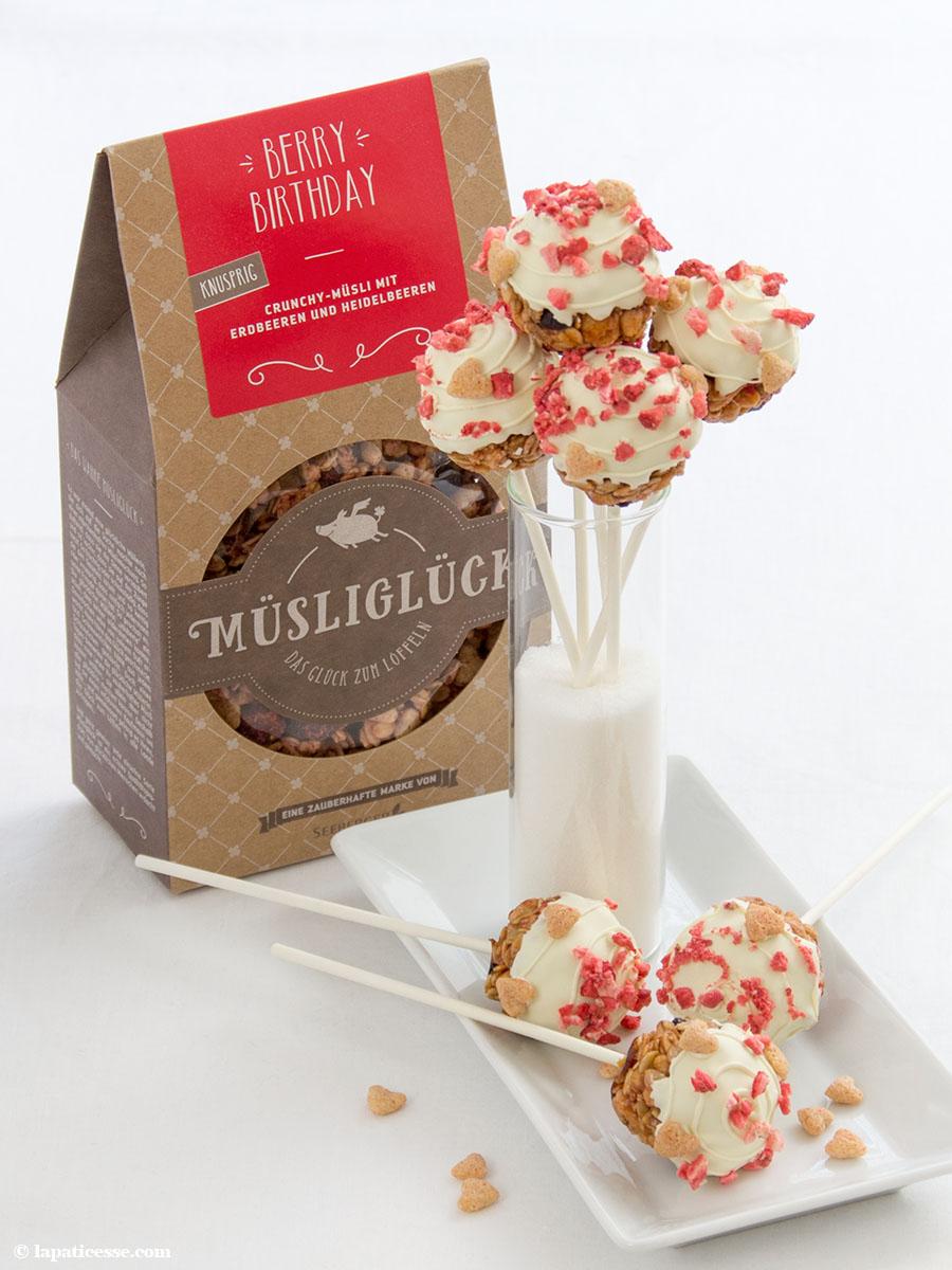 Müsli Lollies Lutscher Rezept Erdbeer Heidelbeere weiße Schokolade Müsliglück