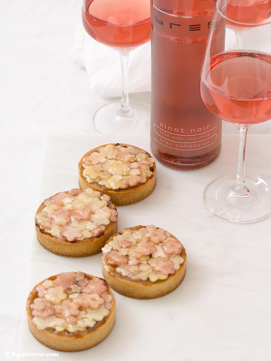 Französische Apfel-Rhabarber-Tarte Rezept Rose Bree Wein